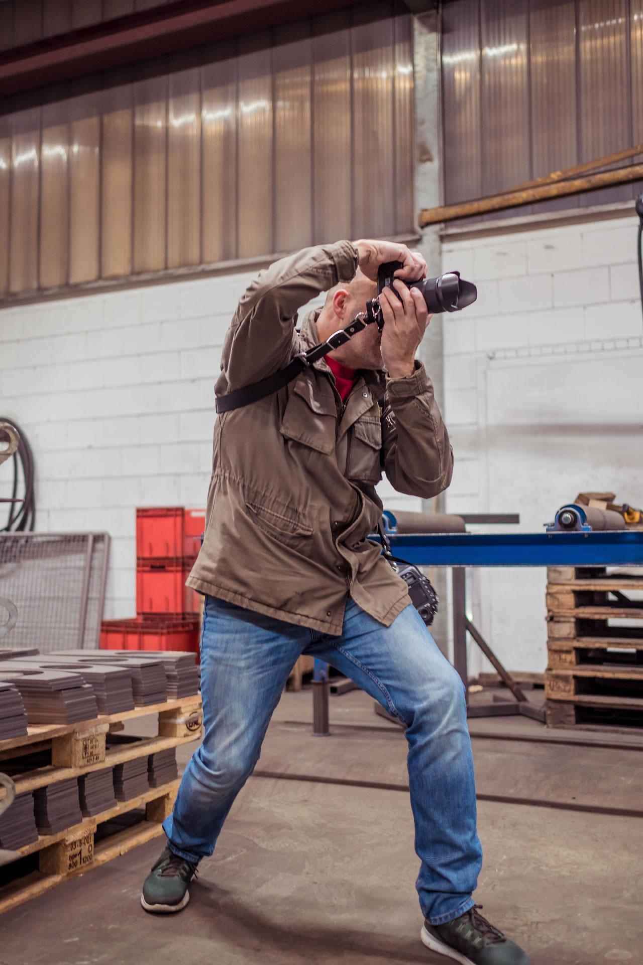 Fotograf Michael Barg im Einsatz bei Weber-Stahl in Großlittgen